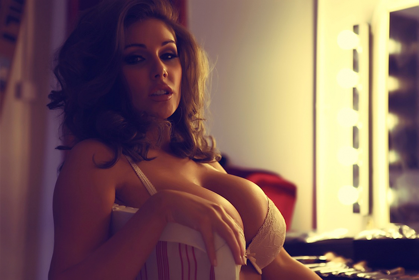 Lucy Pinder Cleavage photo 19